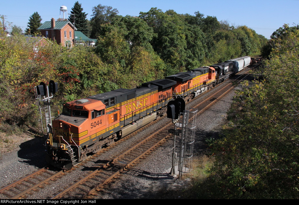 BNSF power leads 331 west with traffic from Detroit