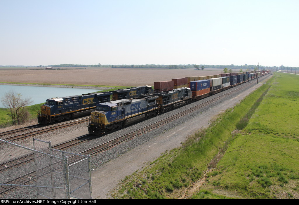 As 7690 slowly leads Q109 into the yard, Q163 quickly overtakes them on Main 1