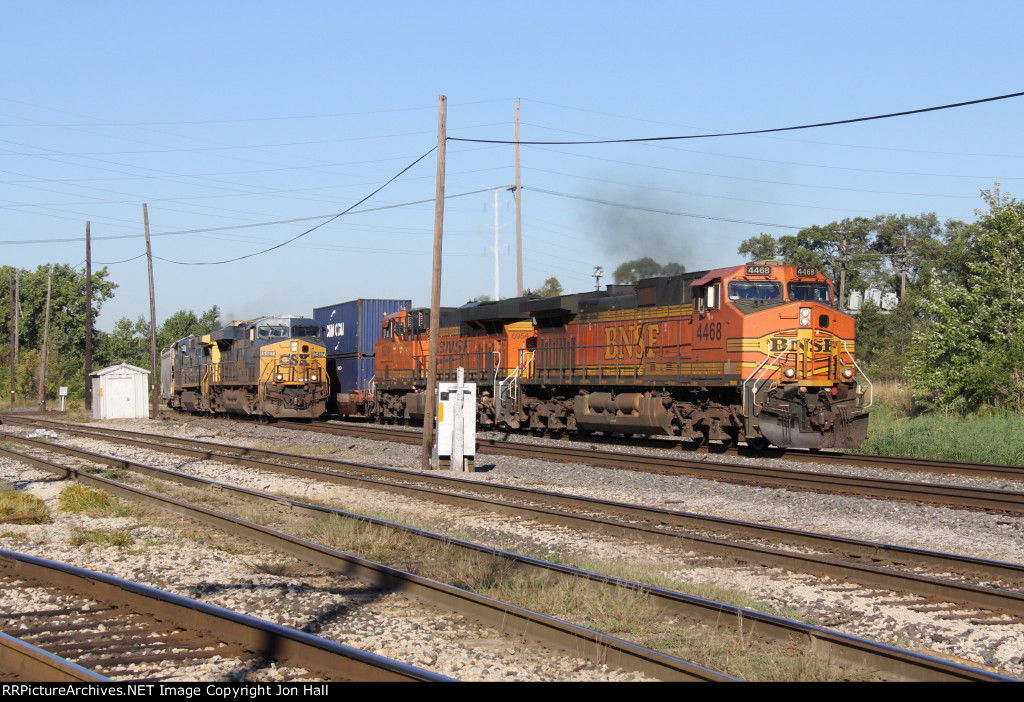 S172 leads by 2 engine lengths as it and Q368 pace each other east through Dolton