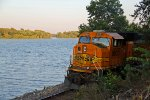 BNSF 8933 Works Dpu next to the Mississippi river!