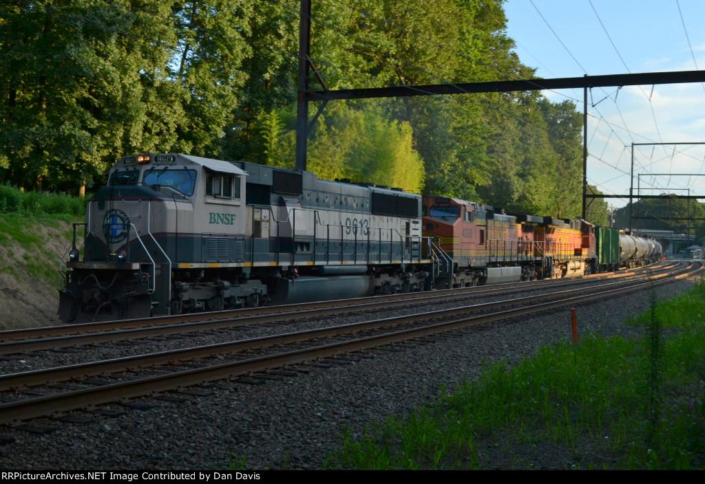 BNSF SD70MAC 9613 leads K041-08