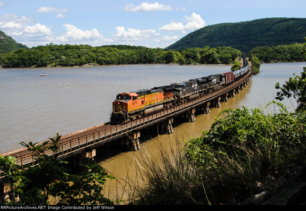 BNSF and NS power on K041