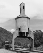 NS 7509 rolls around the old coaling tower at Farm.