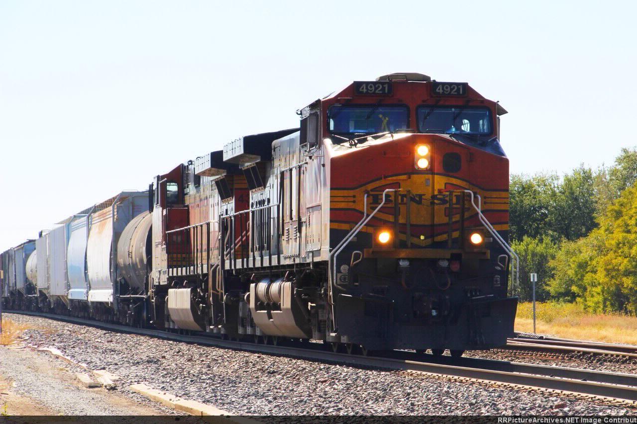 BNSF 4321 arriving