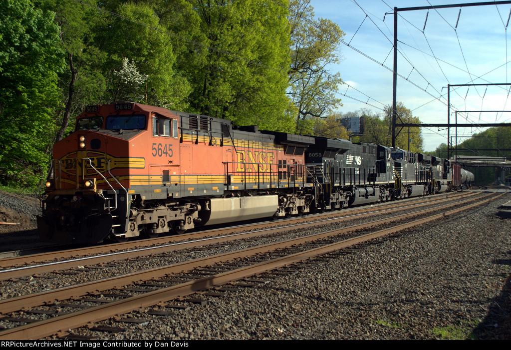 BNSF AC44CW 5645 leads K041-06