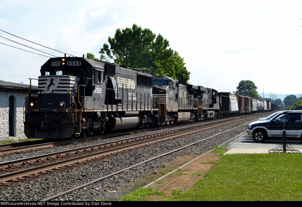 NS SD60 6588 leads H68