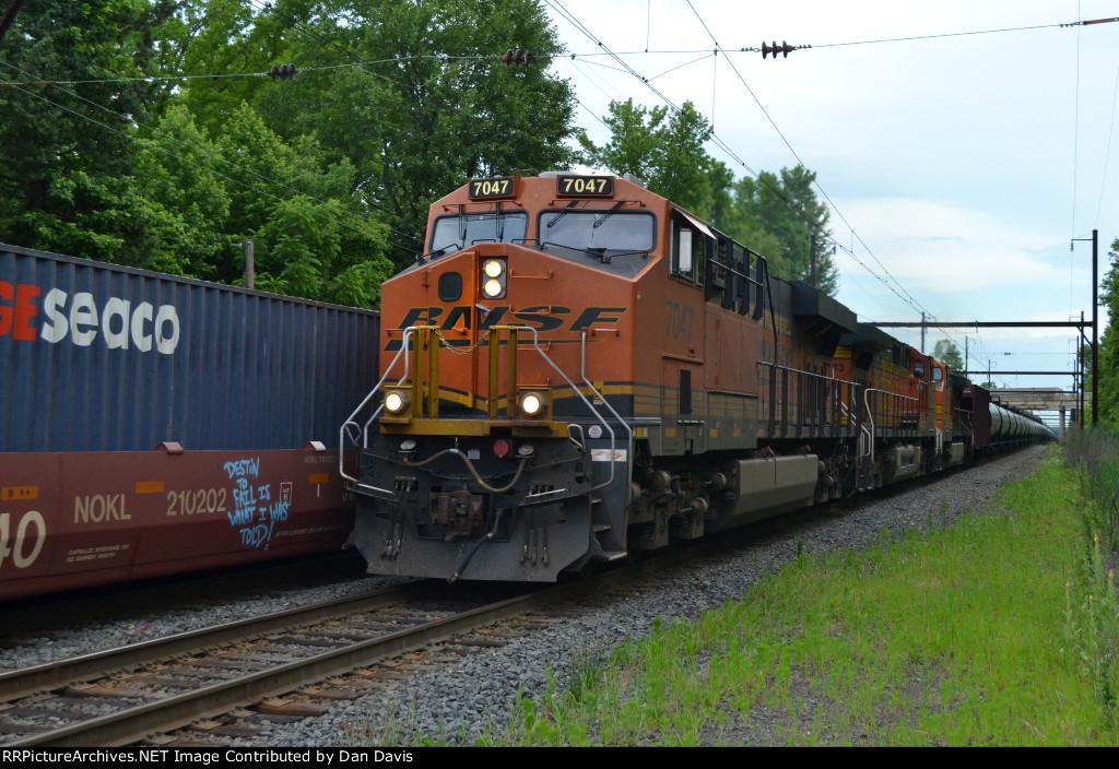 BNSF ES44C4 7047 leads K040-21