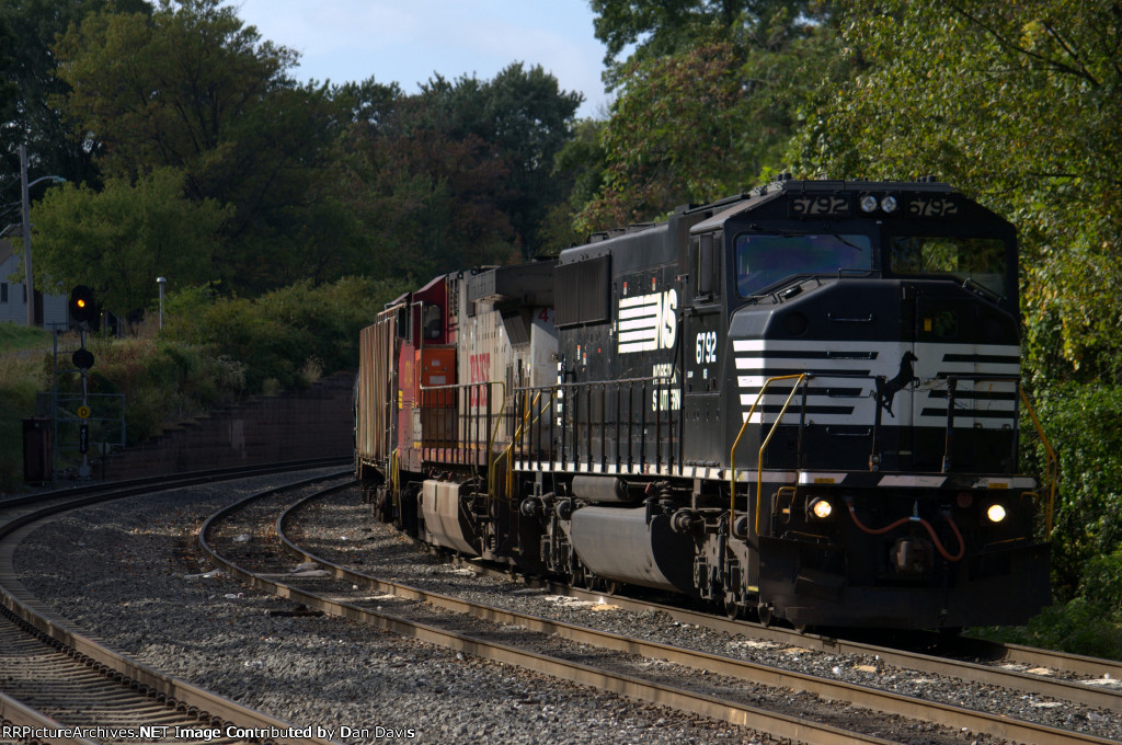 NS SD60M 6792 on a tied down 65W