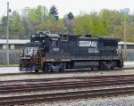 NS 543, 4 axle GE, tied down in Oneida Yard