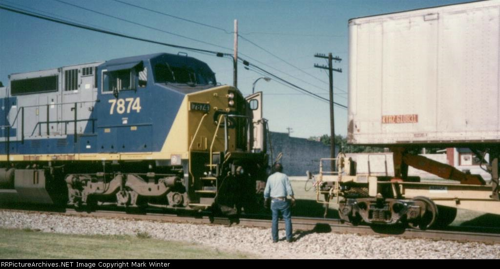 CSX 7874 getting into pusher position