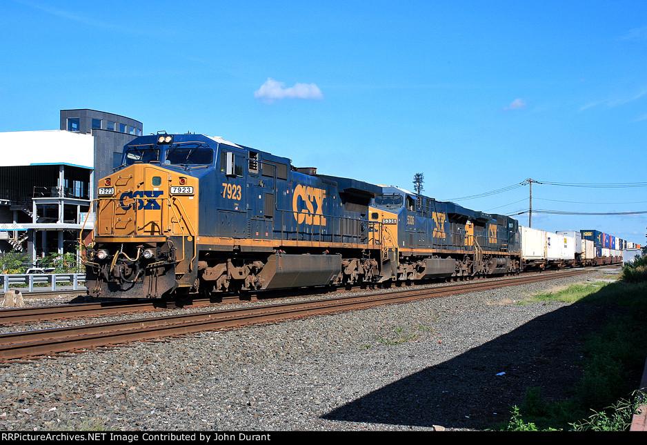 CSX 7923 on Q-008