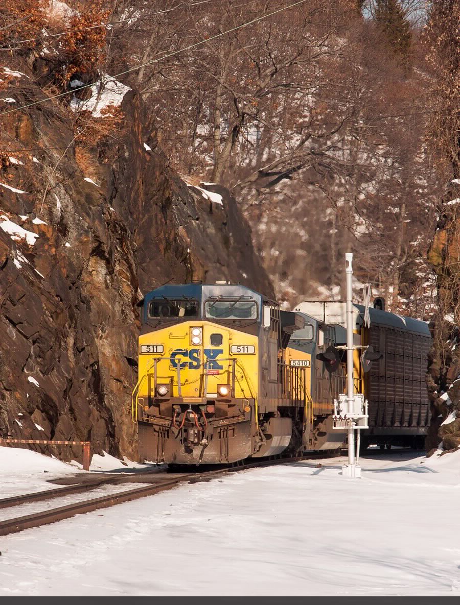 CSX 511 SPLITS THE ROCKS AT MINE DOCK PARK AFTER WAITING FOR A INTERMODAL HEADED NORTH ON THE SINGLE TRACK ITS ABOUT TO ENTER FROM AUTO 43.