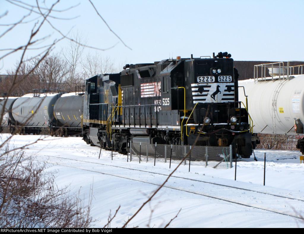 NS 5225 and CSX 7903