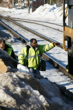 CSX 8052 - Ongoing conductor climbs aboard