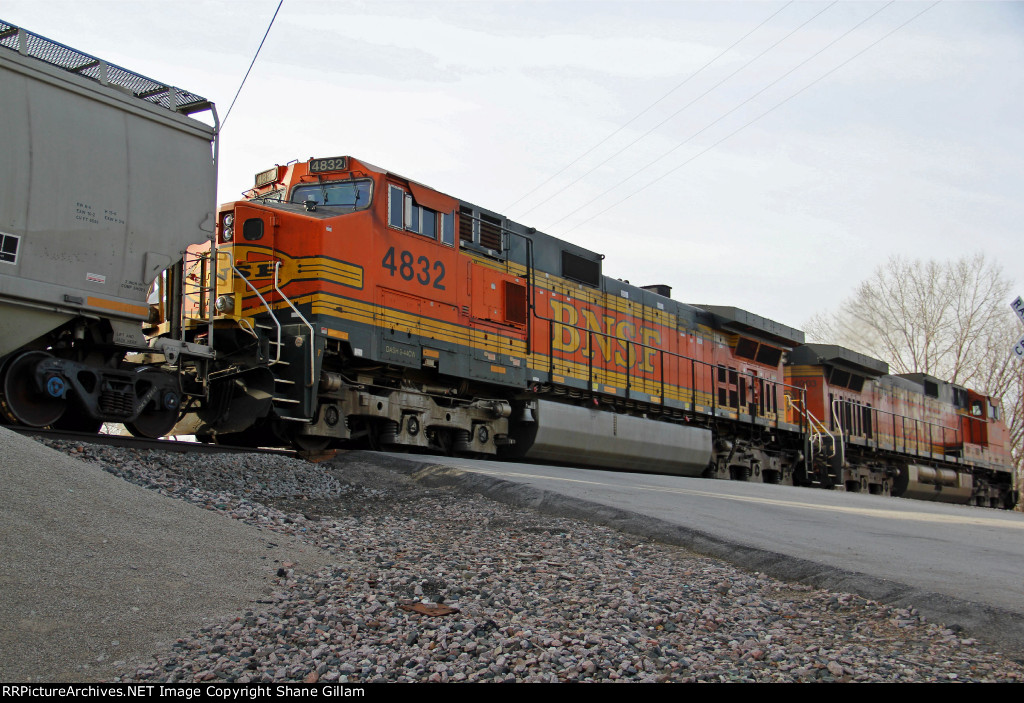BNSF 4832 & BNSF 4003 trail Dpu.