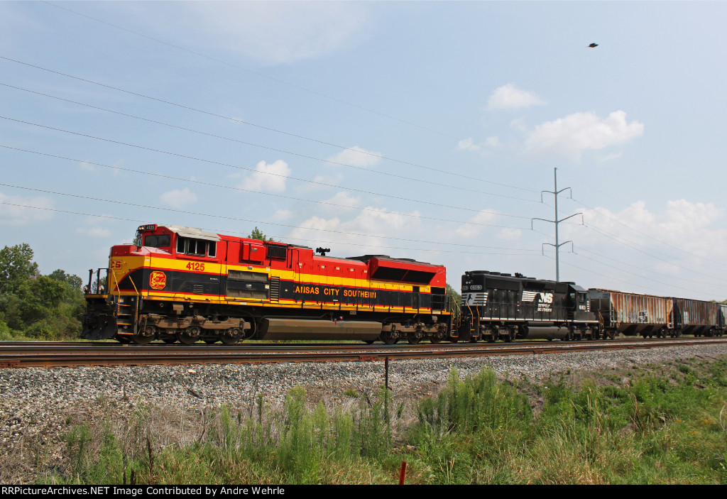 KCS 4125 approaches Wauona Trail with CP 287