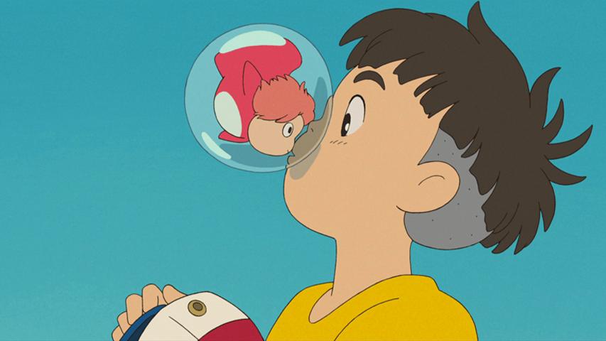Un niño besa a una pecesita