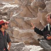 Gael García Bernal y Jonás Cuarón durante el rodaje de 'Desierto'