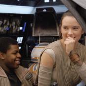"John Boyega como Finn/FN-2187 y Daisy Ridley como Rey en ""Star Wars: The Force Awakens""."