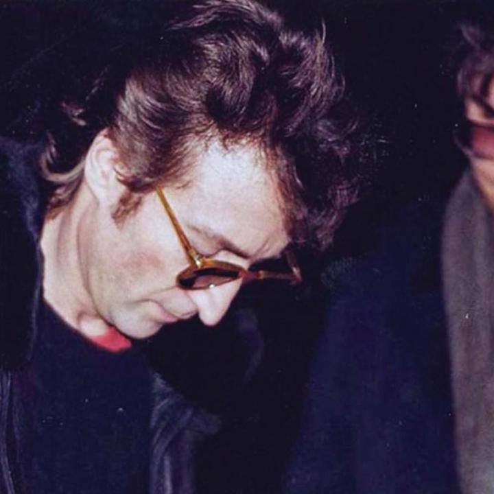 La última foto tomada a John Lennon en vida. Al lado, Mark Chapman.