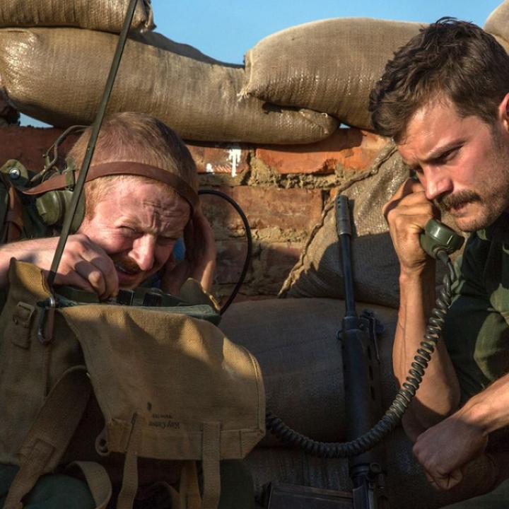 Jamie Dornan y Conor MacNeill en The Siege of Jadotville (2016)