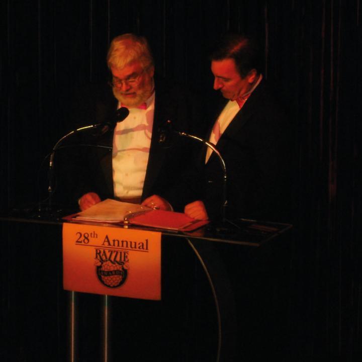 John J.B. Wilson en una de las entregas de los Razzie. Foto tomada de Wikiwand.