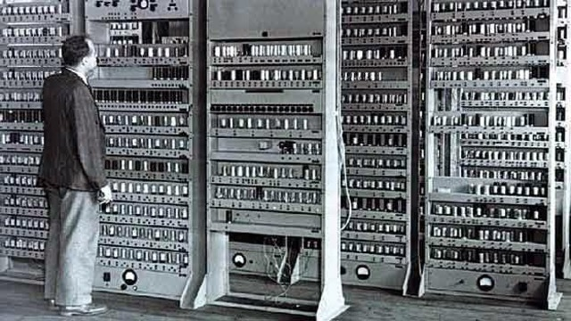 ENIAC ( Electronic Numerical Integrator And Computer ) - John Presper Eckert y John William Mauchly