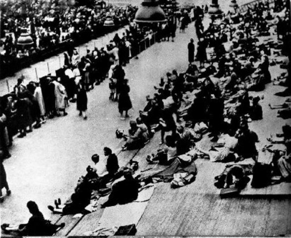 France deports 17,000 Jews to Germany
