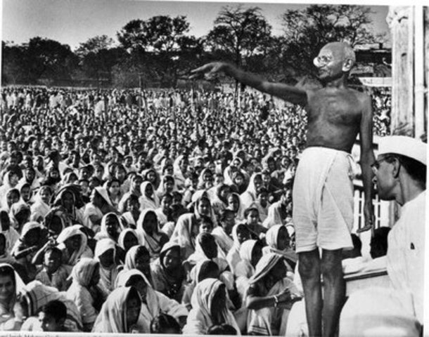 Gandhi comienza un movimiento de desobediencia civil en la India.