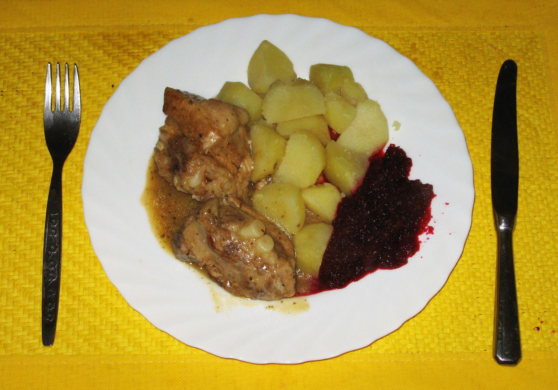 Żeberka w sosie własnym z ziemniakami