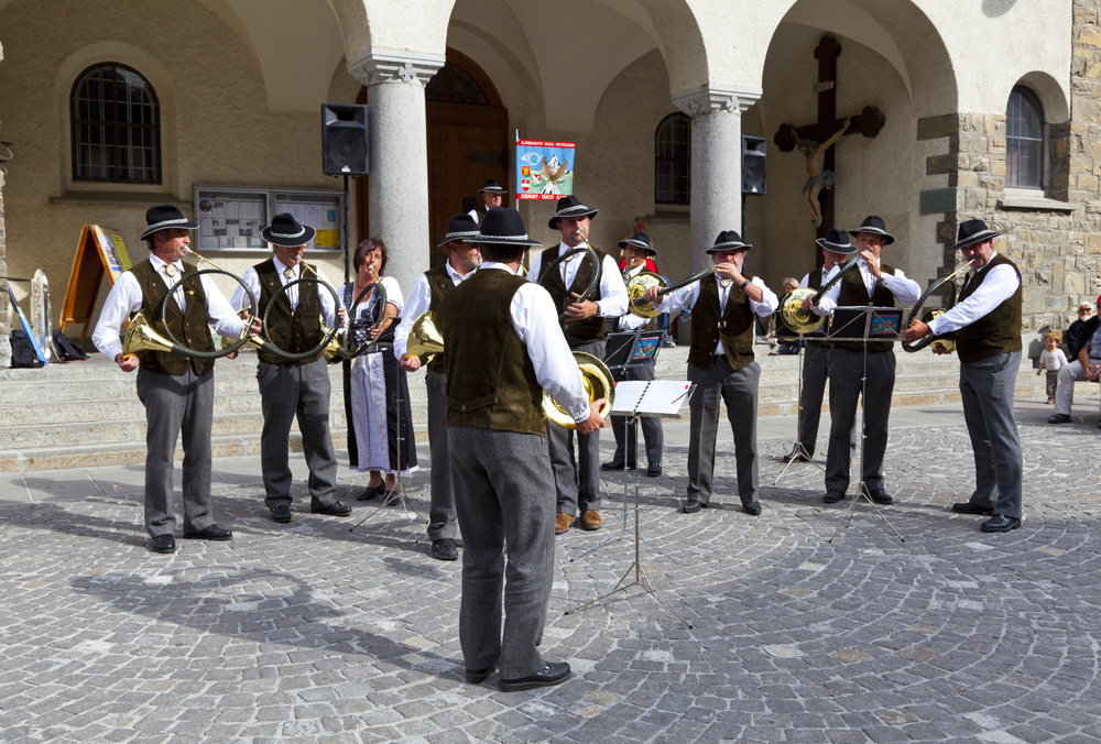 Swiss musicians play in Zermatt_85981066