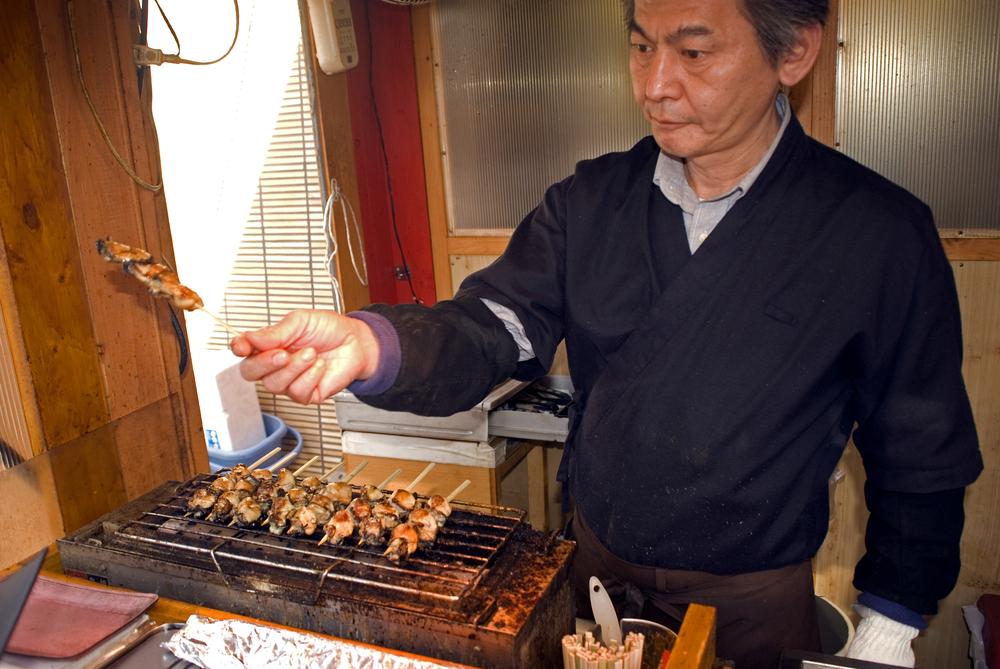 man fries oyster in Miyajima_186206030