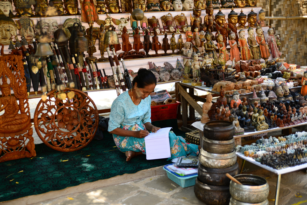 Thanaka sell handicraft product in a temple in Bagan_300902435