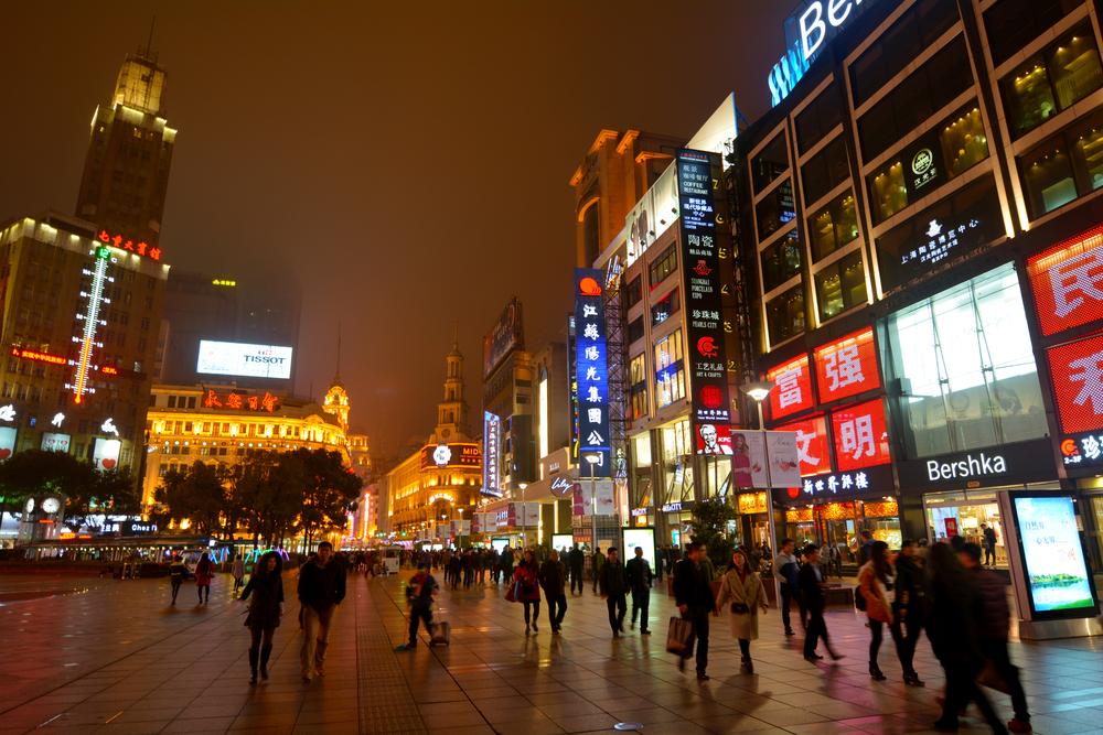 Visitors at Nanjing Road_334145900