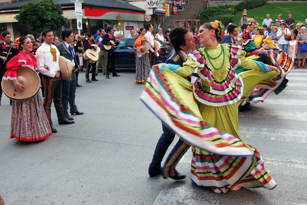 Mexican folk dancers_72833608