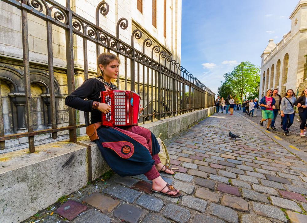 bohemian streets of Montmartre_352866158