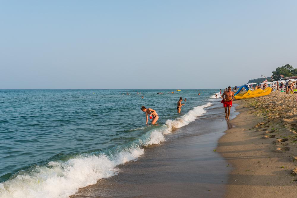 rescue-runs-along-the-beach_473413951