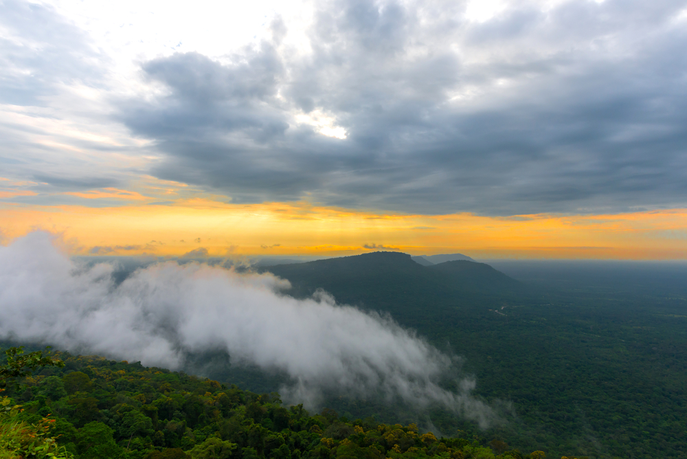 sunrise-at-pha-mo-i-daeng-cliff-and-mist_474550855