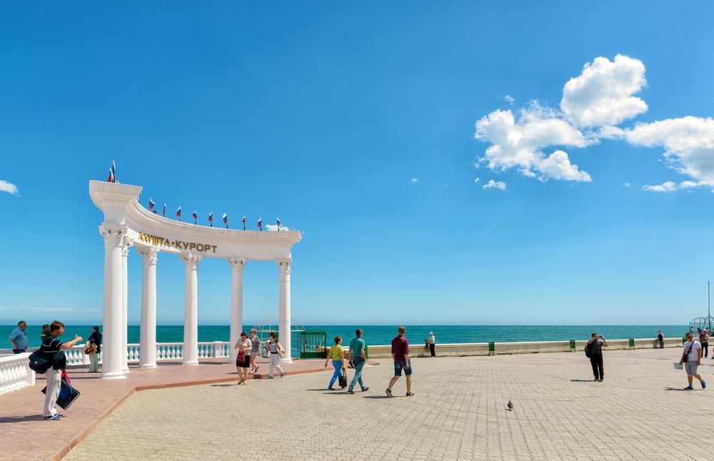 promenade-in-the-resort-city-of-alushta-in-crimea_427769875