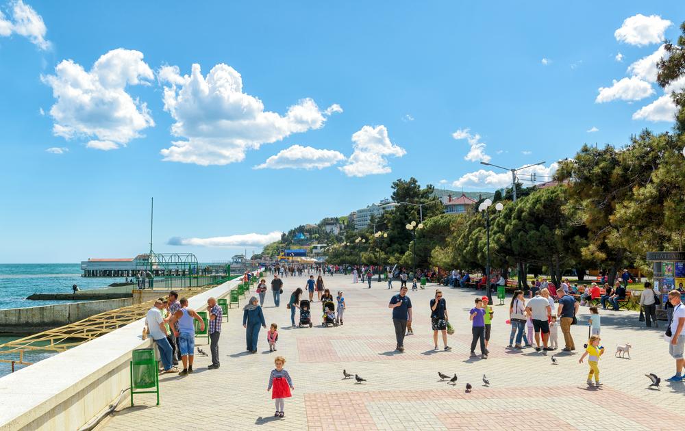 promenade-in-the-resort-city-of-alushta-in-crimea_431923537