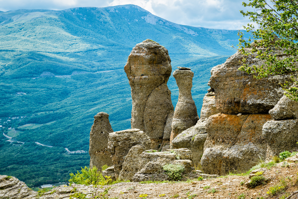 rock-formations-of-the-demerdji-mountain_477971794