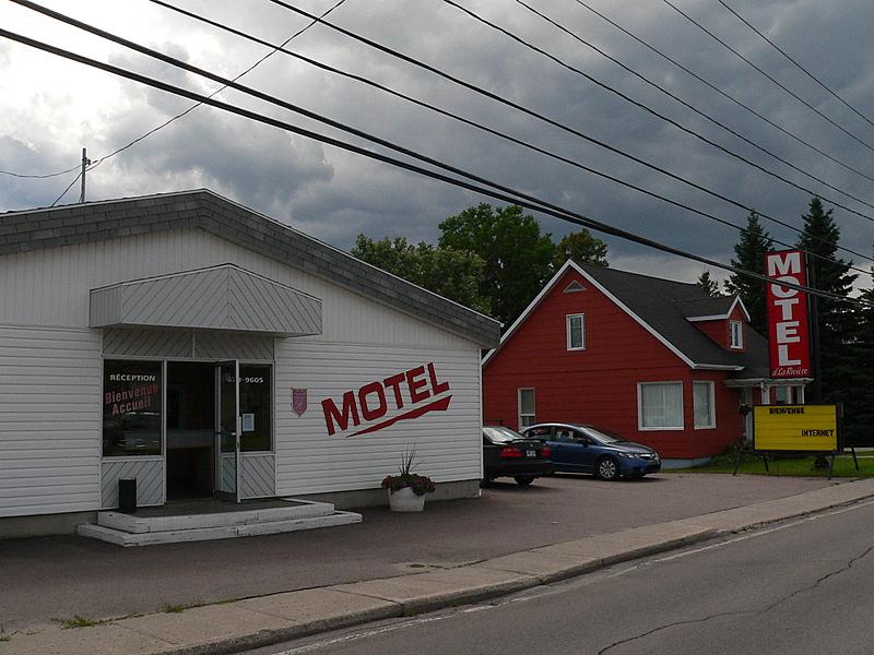 Exterieur   motel de la riviere st felicien hotel devant 2 hebergement  c  ghislaine lalande big