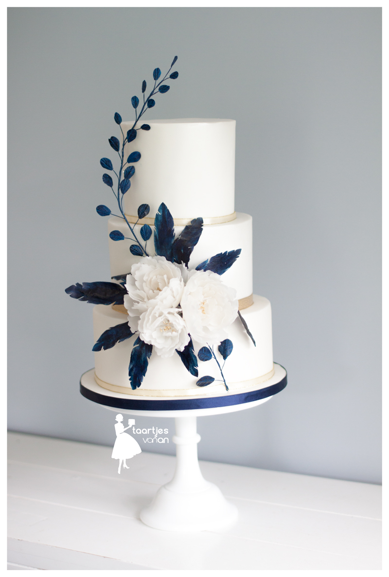 White wedding cake with a pop of navy blue