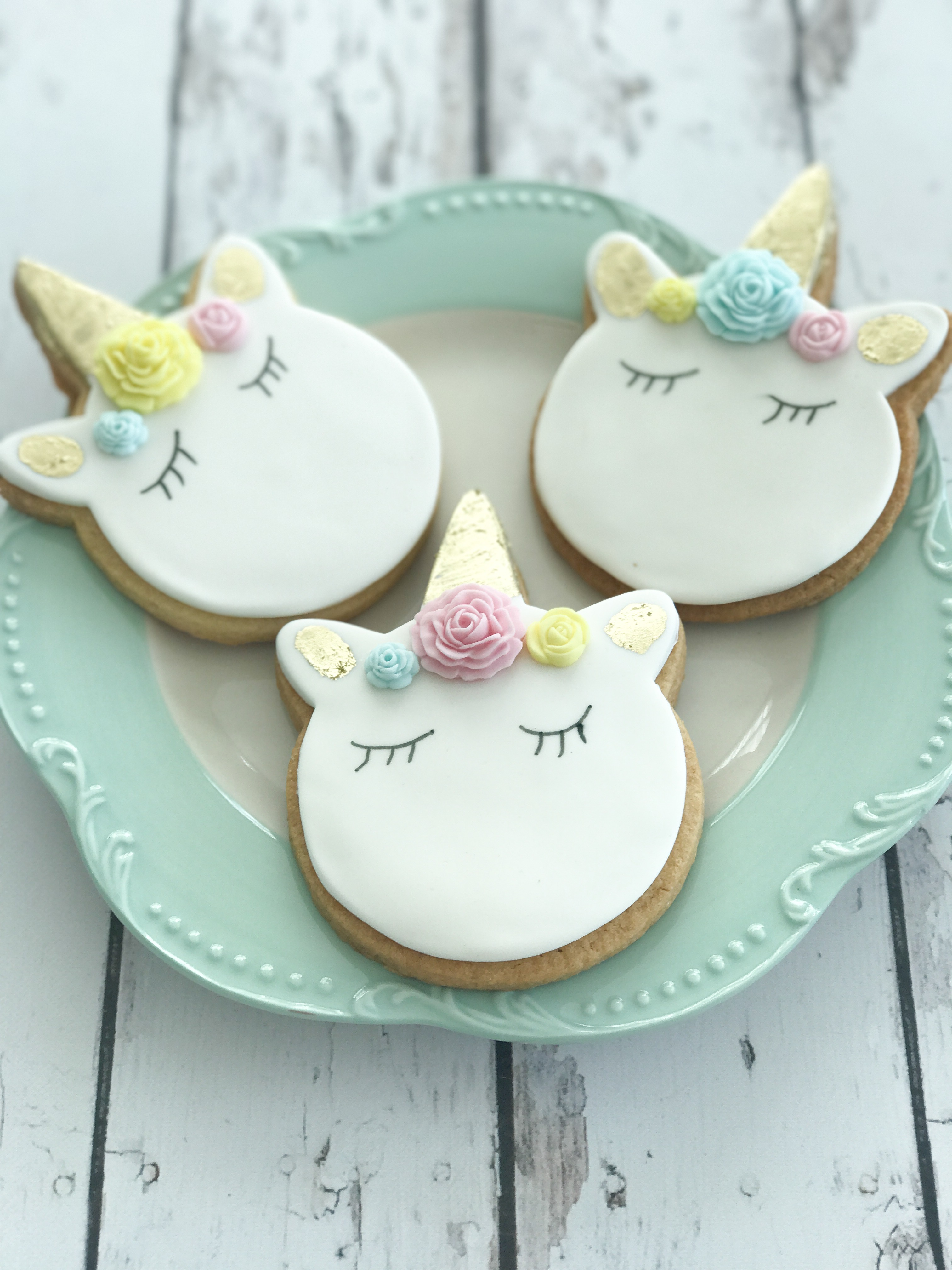 White fondant unicorn cookies