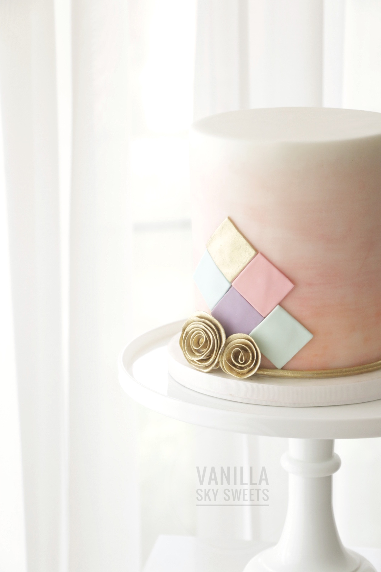 Mini marble pink cake with geometric pattern