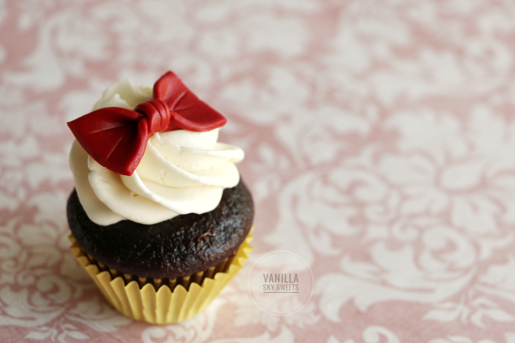 Red bow cupcakes