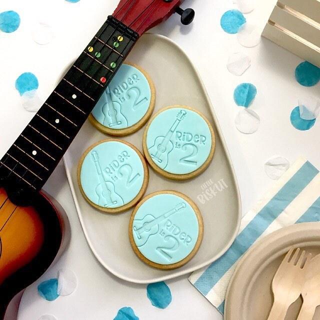 Fondant guitar cookies
