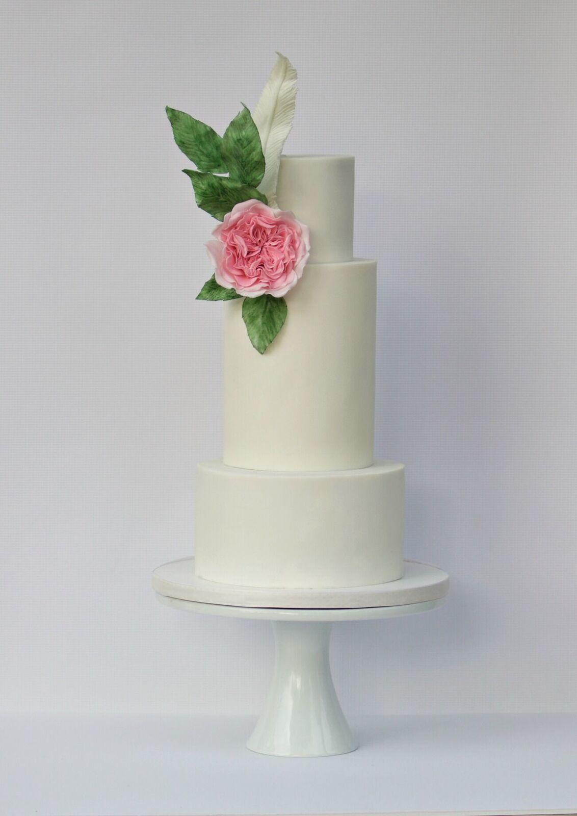 White wedding with pink sugar flower