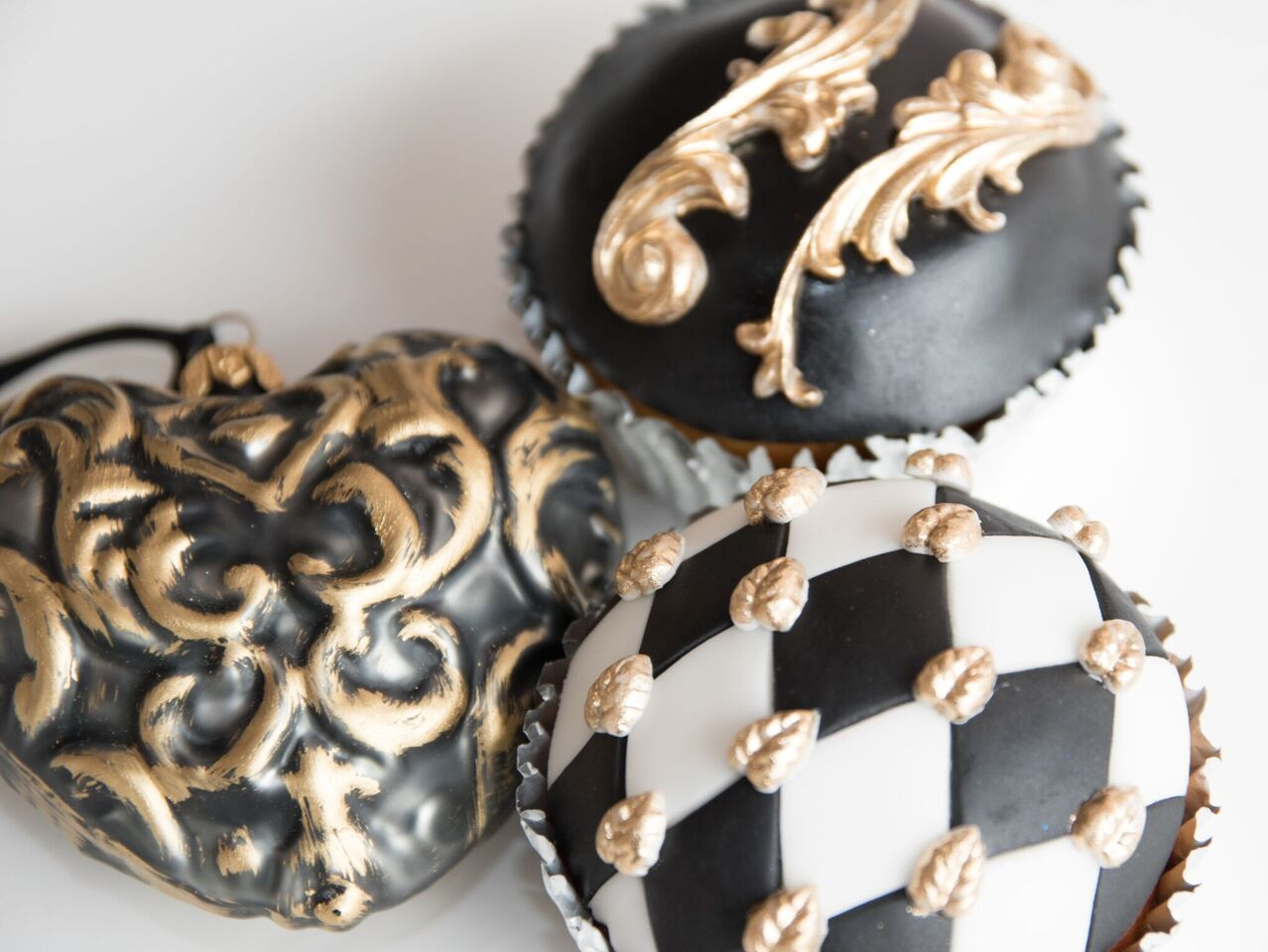 Black and gold elegant cupcakes