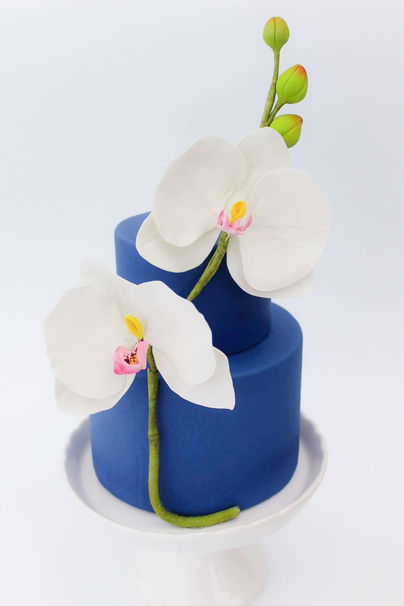 Blue wedding with sugar lilies